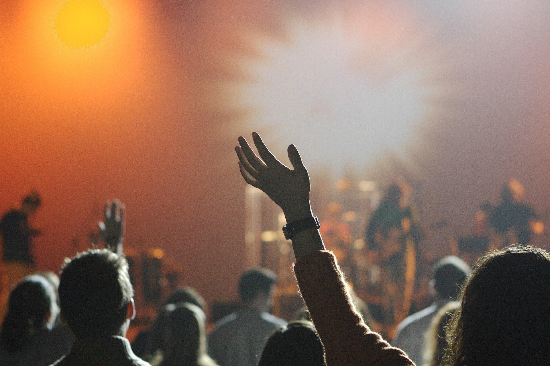 crowd worshipping God